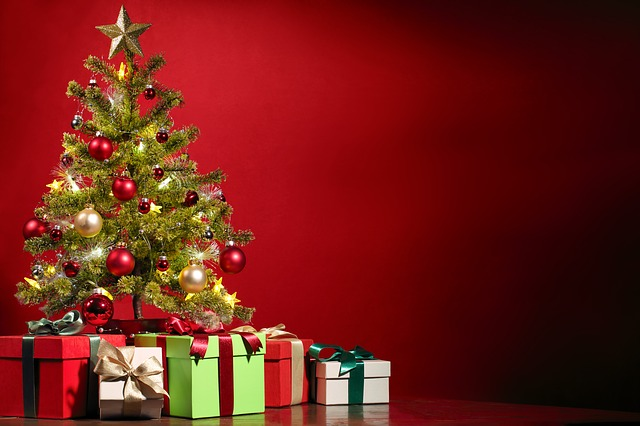 vánoční stromek a dárky