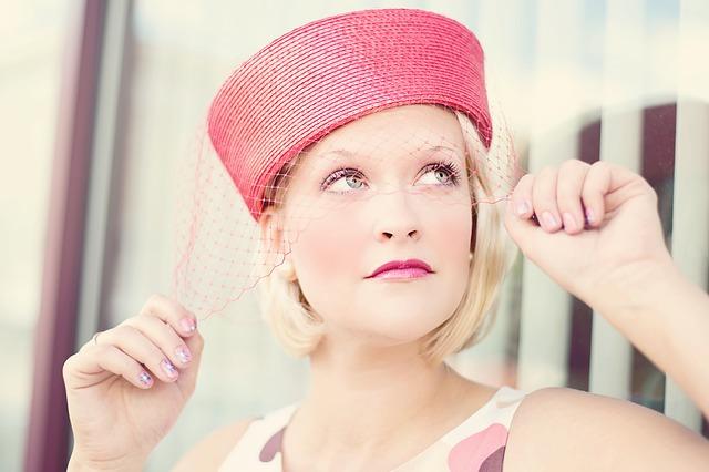 blondýna s kloboučkem